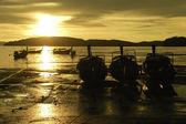 Pequenas embarcações na praia à noite — Foto Stock