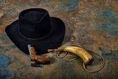 Antika tabanca ve kayrak kovboy şapkası ile toz boynuz — Stok fotoğraf