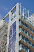 Zonnepanelen op wolkenkrabber — Stockfoto