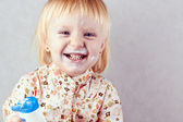 Bambina felice con crema corpo — Foto Stock