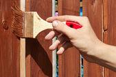 Malarstwo drewniany płot z brąz farba — Zdjęcie stockowe