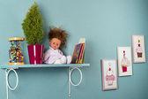 Belo interior de viveiro com prateleira na parede — Fotografia Stock
