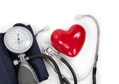 Esfigmomanômetro com coração e estetoscópio — Foto Stock