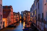 在晚上的威尼斯的运河 — 图库照片