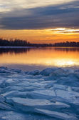 Sunset on the icy shore. — Stock Photo