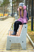 The girl on the bench. — Stock Photo