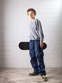 Fajny chłopak i jego skateboard — Zdjęcie stockowe