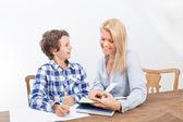 Madre e figlio studiando — Foto Stock
