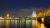 Cologne Cathedral with the Hohenzollern bridge at night — Stock Photo