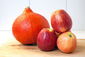 Pumpkin and four apples — Stock Photo