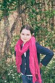 Chica joven en un bosque — Foto de Stock