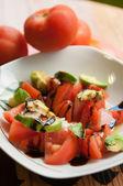 Sałatka z pomidorów i awokado — Zdjęcie stockowe