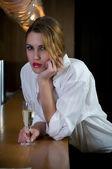 Mulher de festa com um copo de vinho — Fotografia Stock