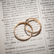 Word LOVE next to rings — Stock Photo