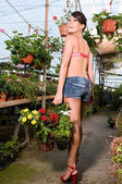 Kobieta kupno kwiaty wiosną — Zdjęcie stockowe
