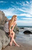 Frau mit kleid am strand — Stockfoto