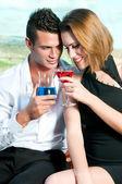 Couple d'amoureux à boire — Photo
