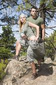 Erkek ve kadın ile sırt çantası — Stok fotoğraf