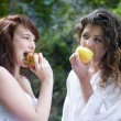 Women eating an apple  — Stock Photo