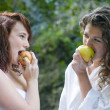 Women eating an apple  — 图库照片