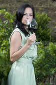 Mulher de degustação de vinho tinto — Fotografia Stock