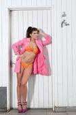 Frau trägt bikini — Stockfoto