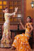 Traditionell flamenco klänningar dans under feria de abril april Spanien — Stockfoto