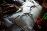 Wedding rings on cushion — Stock Photo
