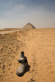 Abandoned shoes on the road to the Bent Pyramid — Stock Photo