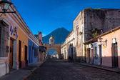 St Catarina arc and volcano Antigua Guatemala — Stock Photo