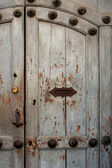 Vintage door with handle and letterbox slot in the house Antigua — Stock Photo