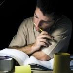 νέο εργαστήριο夜に勉強して若い男 — ストック写真