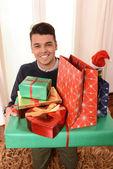 Jonge knappe man houden kerstcadeaus — Stockfoto