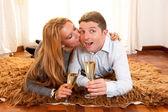 Feliz pareja romántica en alfombra — Foto de Stock