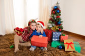 Little kids on rug opening Christmas Presents — Φωτογραφία Αρχείου