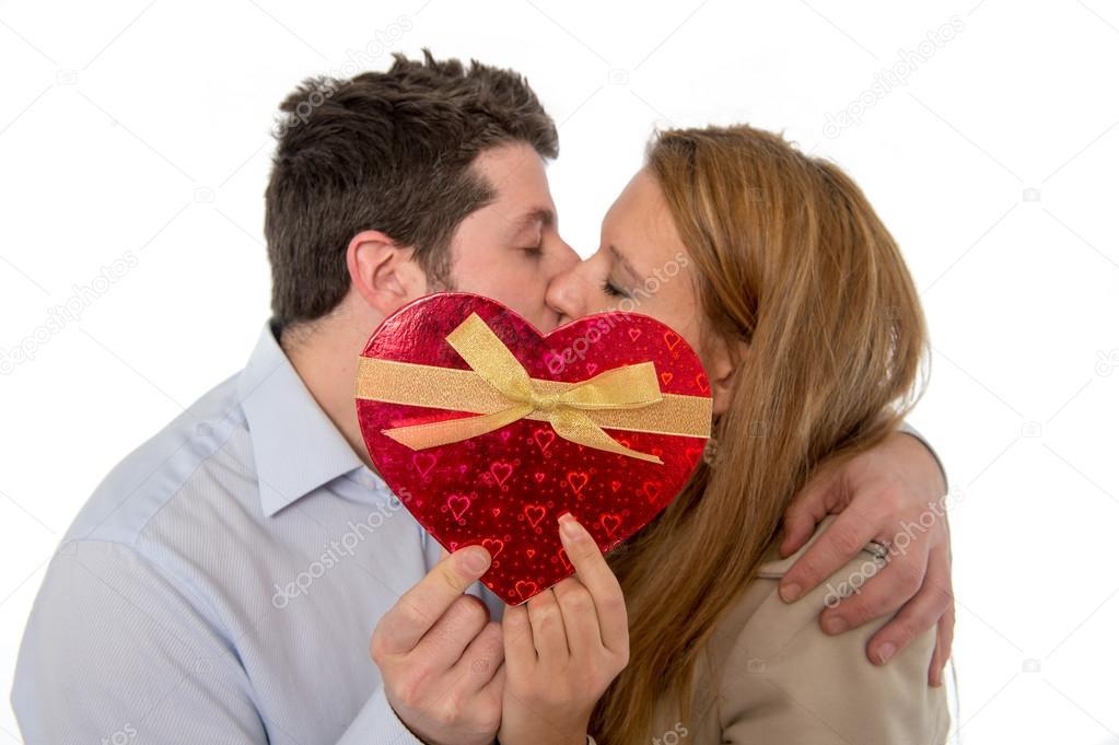 Liefde hart met een jong koppel kussen in de rug grond  u2014 Stockfoto  u00a9 focuspocusltd #39404439
