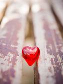 Coração vermelho de macro em uma cadeira de madeira vintage — Foto Stock
