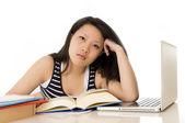 китайская женщина азии работает на свой ноутбук на белом фоне — Стоковое фото