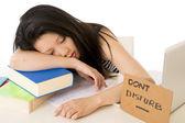 Joven estudiante asiática muy chino durmiendo en su laptop — Foto de Stock