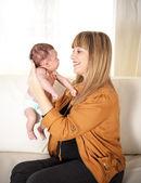 Happy matka těší čas s její novorozený chlapeček. — Stock fotografie