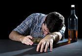 Alcoliche tossicodipendente uomo ubriaco con bicchiere di whisky nel concetto di alcolismo — Foto Stock