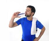 年轻的有吸引力和竞技体育的人喝水 — 图库照片