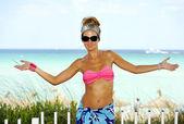 Šťastná mladá atraktivní žena v plavkách otevření zbraní na paradise beach — Stock fotografie