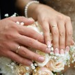 Foto Stock: Hand of groom and bride with wedding rings