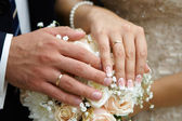 Hand of the groom and the bride with wedding rings — Stock Photo