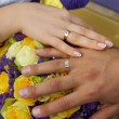 Hand of groom and bride with wedding rings — 图库照片 #33155383