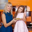 Mother with daughter standing in kitchen — Stock fotografie