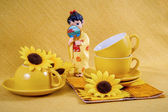 Coffee cups and saucers and figurine geisha — Stockfoto