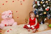 милая девушка в красном платье — Стоковое фото
