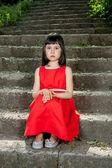 Urocze dziewczynki w czerwonej sukience — Zdjęcie stockowe